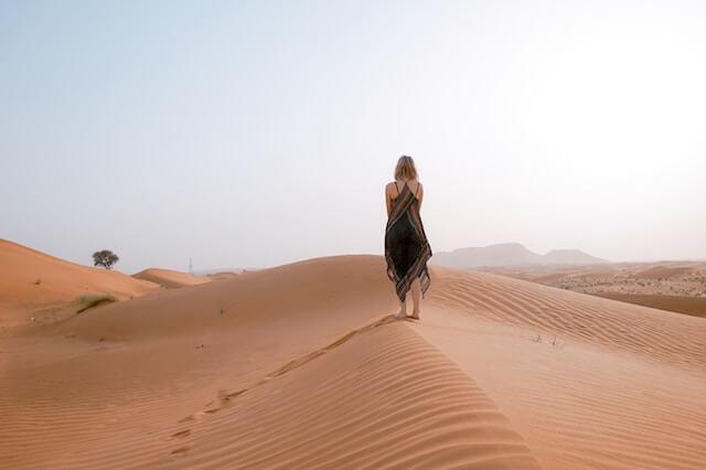 砂漠の女性